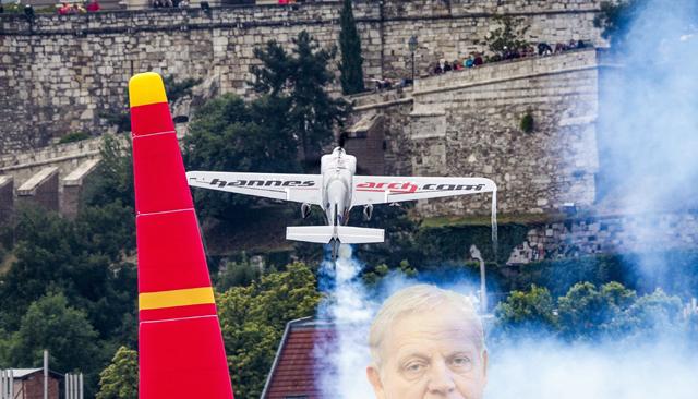 Budapest, 2016. július 17. A késõbbi második helyezett, az osztrák Hannes Arch repül a Duna felett a Red Bull Air Race Master Class kategóriájának versenynapján Budapesten 2016. július 17-én. MTI Fotó: Szigetváry Zsolt