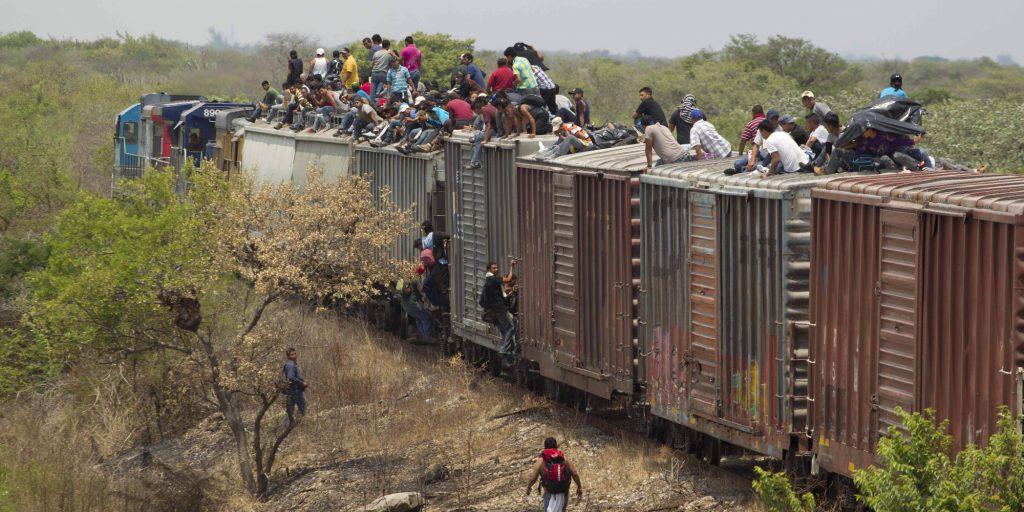 Amerikai milliomosok hagyják el hazájukat, hogy Magyarországra, az ígérgetés földjére léphessenek.