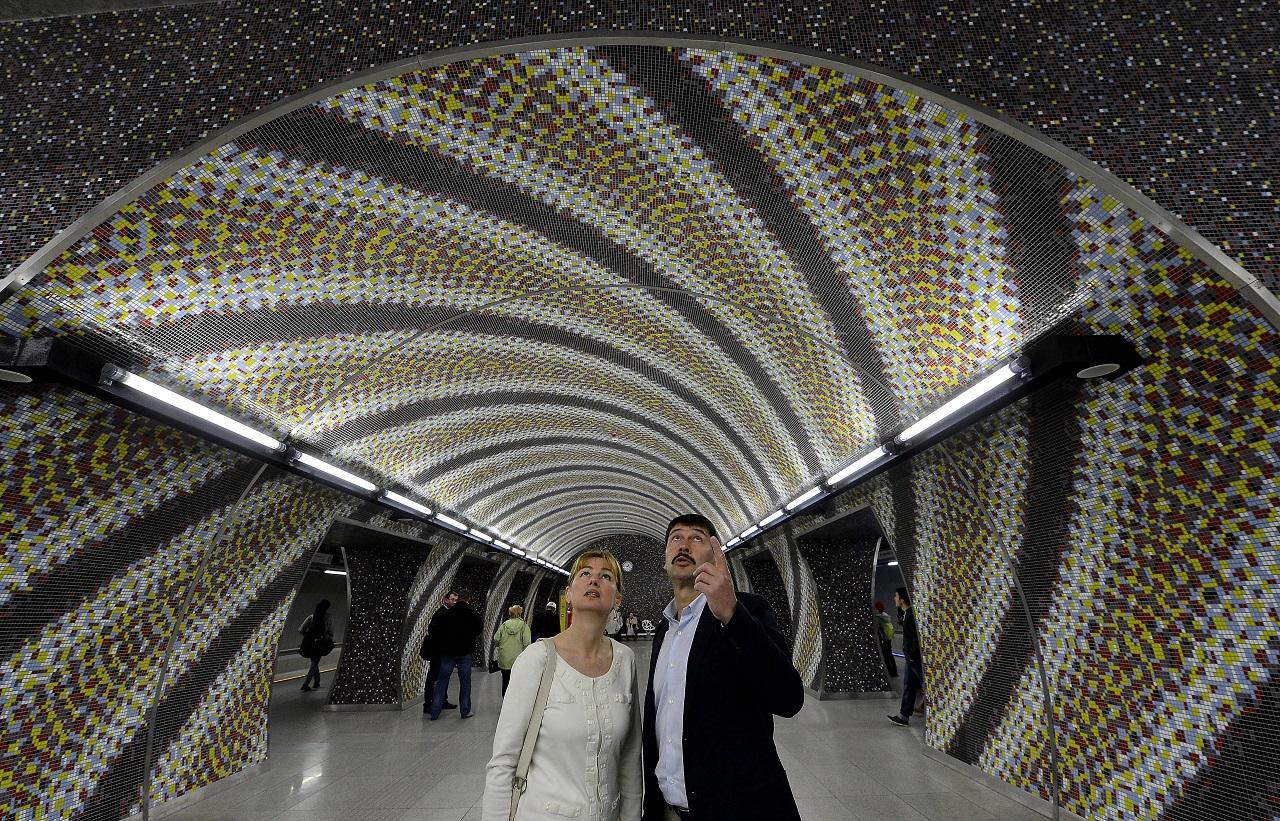 Budapest, 2014. április 11. Áder János köztársasági elnök és felesége, Herczegh Anita a 4-es metró Gellért téri állomásán 2014. április 11-én. Az elnöki pár megtekintette az új metróvonalat. MTI Fotó: Illyés Tibor